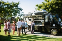 Preparate street food pregătite și vândute într-un food truck – un fenomen gastronomic care a cucerit lumea