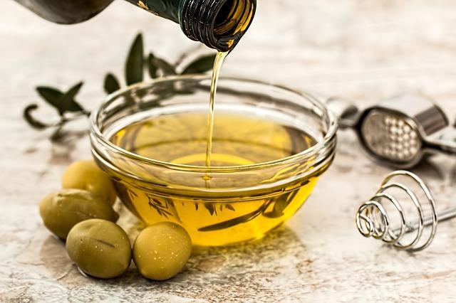 e033b9092df31c3e81584d04ee44408be273ead01fb0184191f1_640_olive-oil